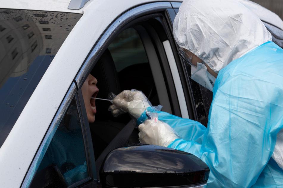 Eine mit dem Coronavirus infizierte Frau hat die häusliche Quarantäne verlassen und wurde in ein Unfall verwickelt. (Symbolbild)
