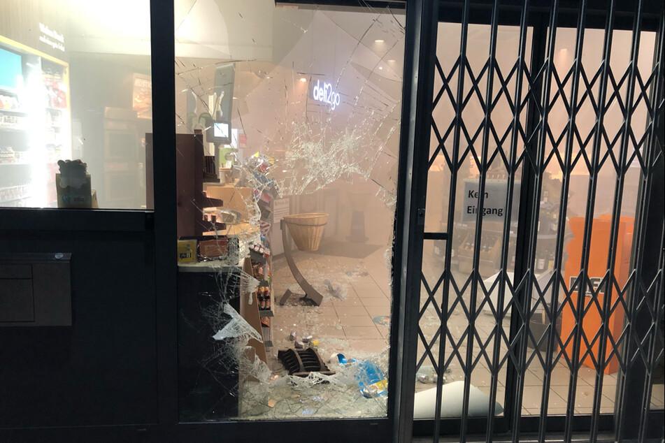 Die Einbrecher haben die Glasscheibe der Tankstelle mit einem Gullydeckel eingeworfen und sind durch das Loch in den Verkaufsraum geklettert.
