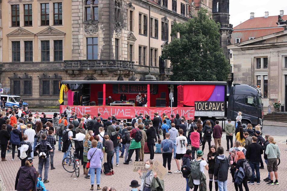 Am Theaterplatz gab es einen Zwischenstopp. Auch zwischen Zwinger und Kreuzkirche wurde also kräftig getanzt und für eine offenere Gesellschaft demonstriert.
