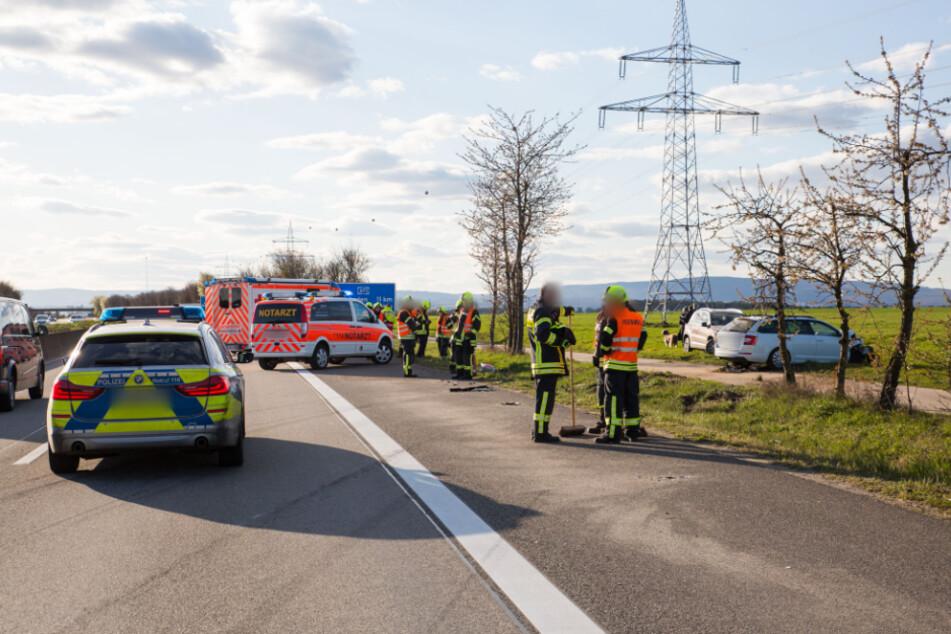 Rettungskräfte stehen an dem Unfallort.
