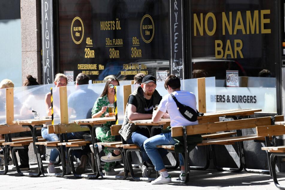 Stockholm: Trennwände wurden zwischen den Tischen eines Restaurants zum Schutz der Kunden angebracht.