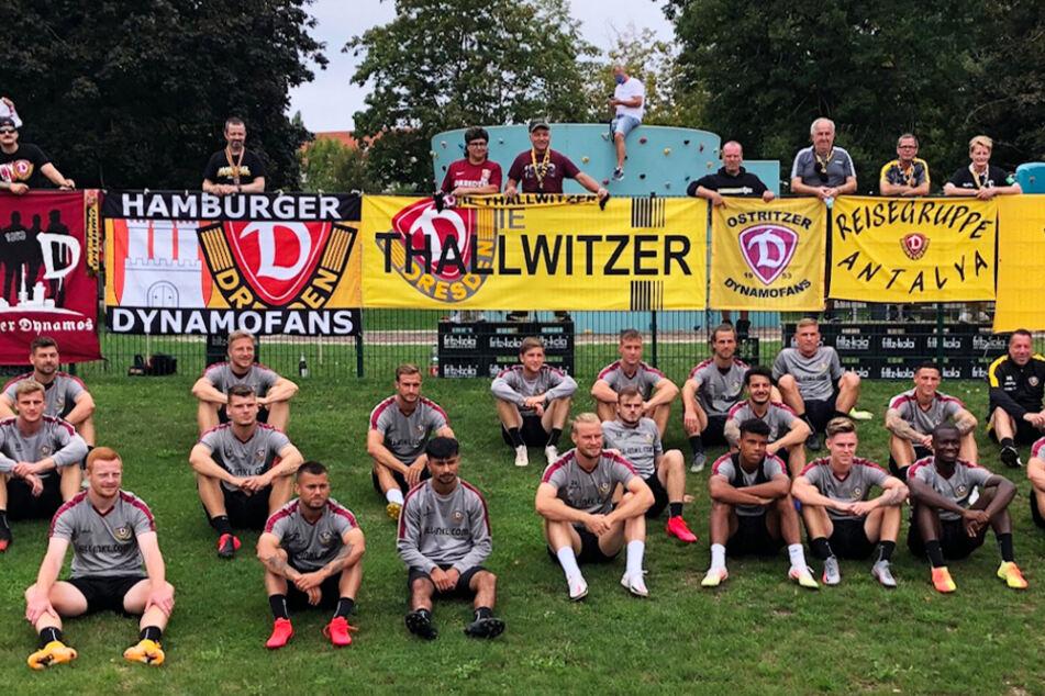 Trotz Corona, trotz Training unter Ausschluss der Öffentlichkeit: Einige Dynamo-Fans waren doch nach Heilbad Heiligenstadt gekommen. Und so entstand dieses kuriose Gruppenfoto: Mannschaft vorm, Fans hinterm Zaun.