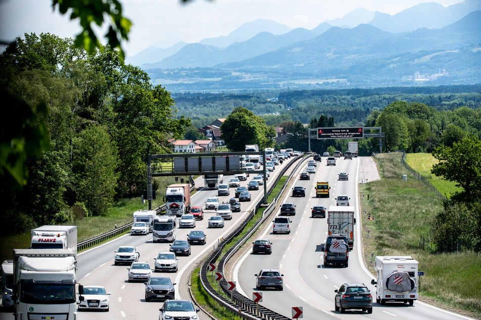 Immer mehr Leute fahren jetzt in den Urlaub - und das macht sich auf den Straßen bemerkbar.