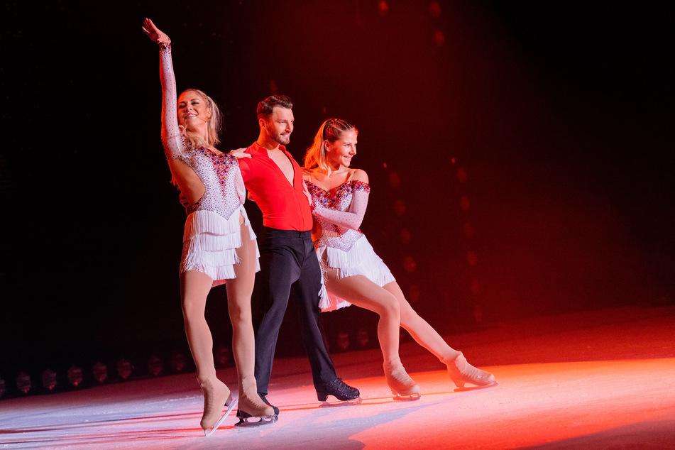 Eiskunstläufer Joti Polizoakis (26) wird mit dem Schauspiel-Duo Cheyenne (27, r.) und Valentina Pahde (27) übers Eis schweben.