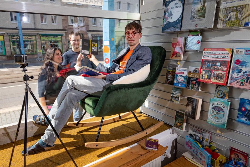 Buchladen-Inhaber Robert Aßmann (42) will in seinem Schaufenster regelmäßig aus Büchern vorlesen.