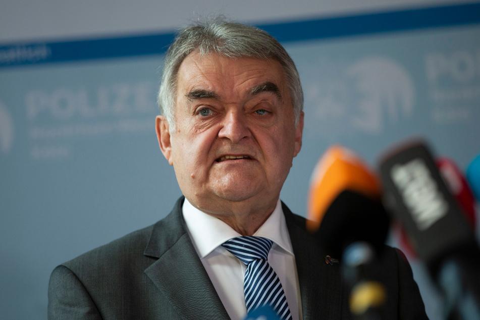 Den Hinweis auf eine Gefährdungslage zum jüdischen Feiertag Jom Kippur nahmen die Ermittler laut NRW-Innenminister Herbert Reul (69, CDU) sehr ernst und nahmen mehrere Personen in Gewahrsam.