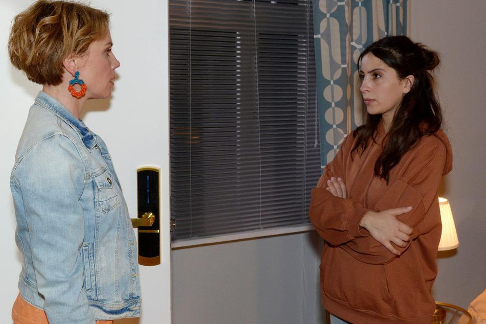 Yvonne (l.) hat Laura aus der Wohnung geschmissen.