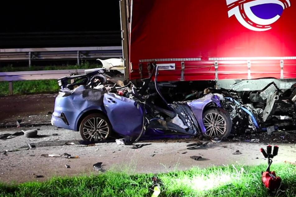 Auto rast in geparkten Lkw: Fahrer (20) stirbt sofort