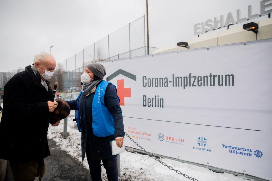 Sie selbst hilft regelmäßig ehrenamtlich in einem Berliner Impfzentrum aus.