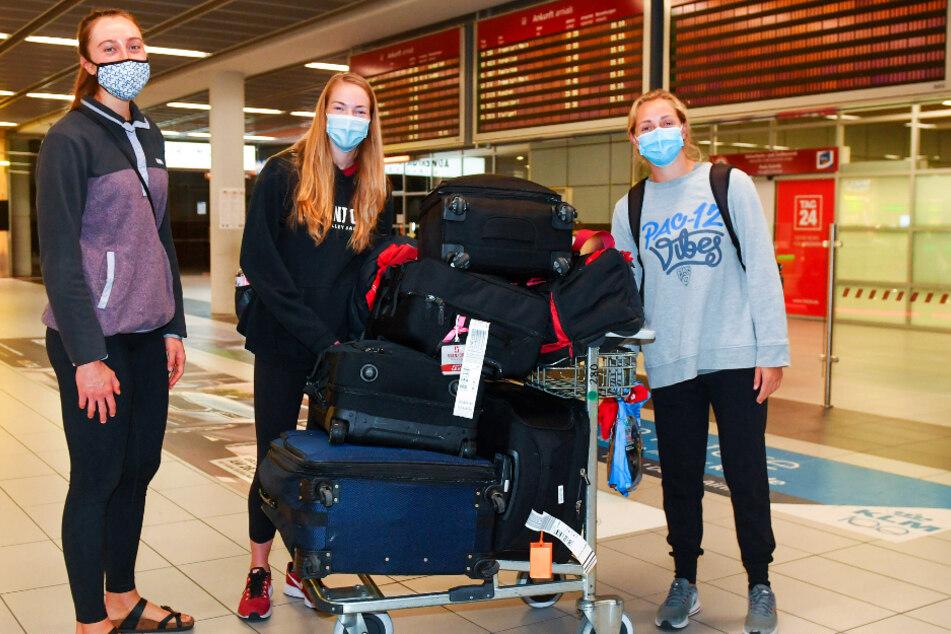 Madeleine Gates (v.l.) kam schon am Montagabend und begrüßte am Dienstag die Nachzügler Jenna Gray und Morgan Hentz. Gemeinsam ging's vom Flughafen zum Corona-Test.