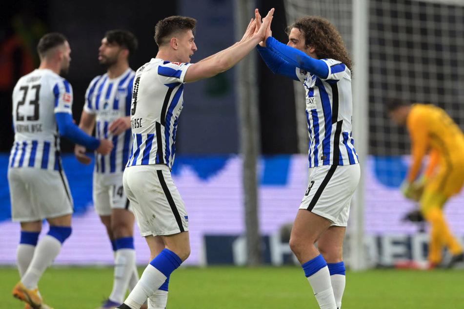 Krzysztof Piatek (25, l.) und Matteo Guendouzi (21) jubeln nach dem 2:1-Sieg gegen den FC Augsburg. Die Freude nach dem Spiel war groß, doch in den kommenden Wochen warten schwere Aufgaben auf Hertha BSC.