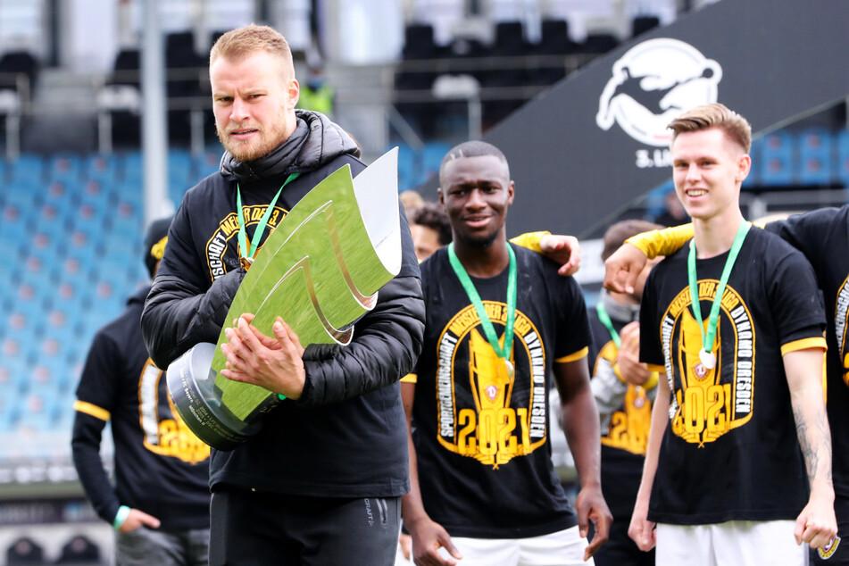 Sebastian Mai (27, l.) mit der Trophäe für Dynamos Drittliga-Meistertitel.