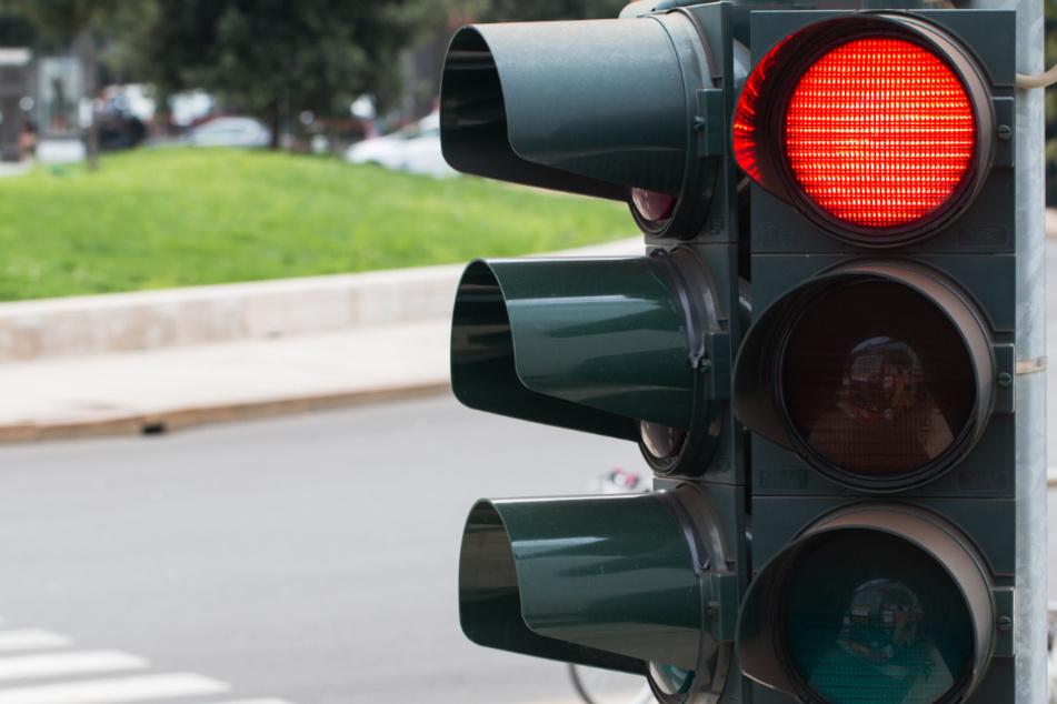 Polizist fährt bei Rot über Ampel und verursacht Unfall
