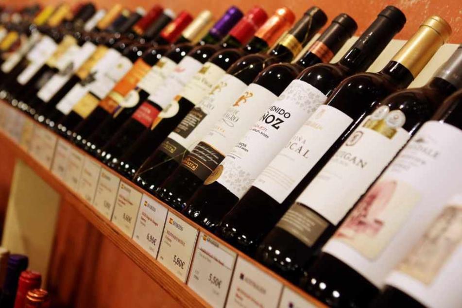 Weinflaschen stehen in einem Geschäft der Filialkette Jacques Wein-Depot, das zum Weinhändler Hawesko gehört.