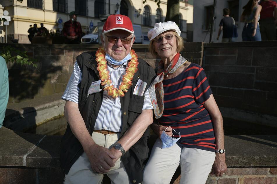 Die vielleicht ältesten Gegendemonstranten Joachim (83) und Rosemarie Heinke (82) freuen sich über die Sonne und den lauten Protest.