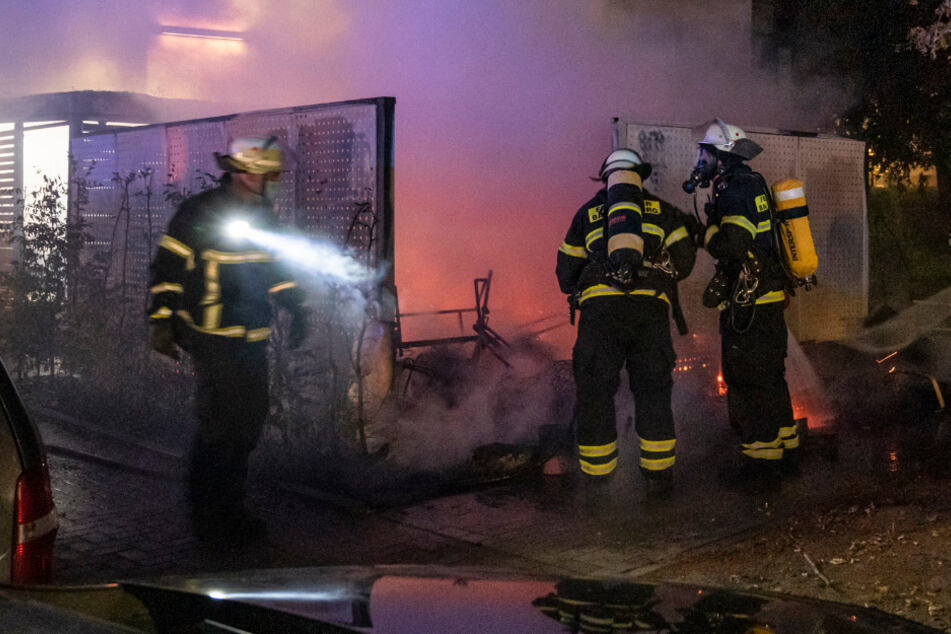 Sperrmüll fängt mitten in der Nacht Feuer: Wohnhaus muss evakuiert werden