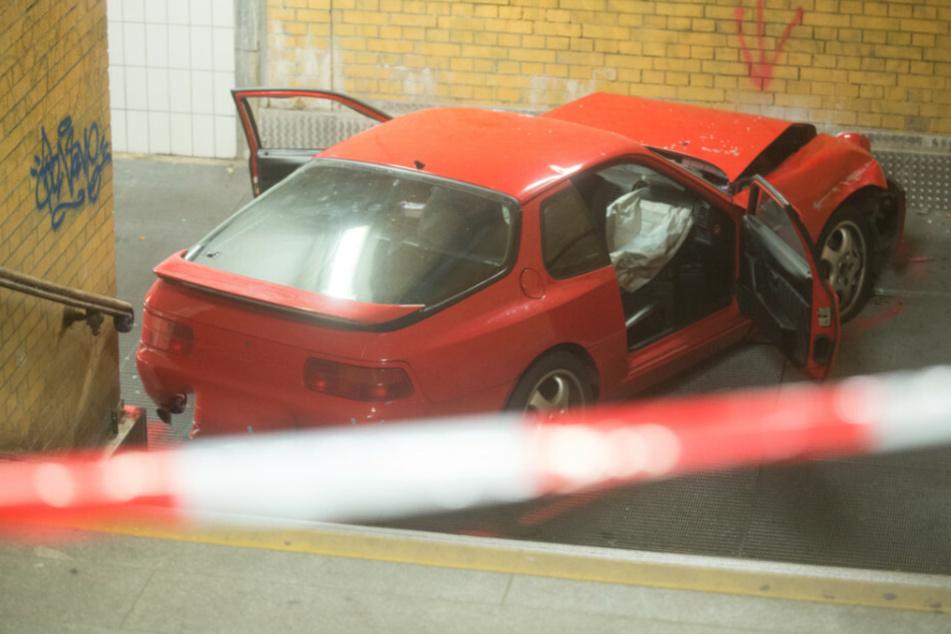 Verfolgungsjagd endet abrupt: Roter Porsche kracht in Fußgängertunnel