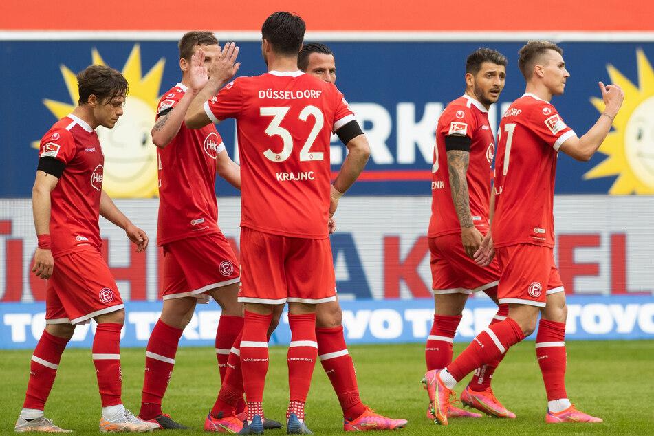 Düsseldorfs Felix Klaus (r.) jubelt nach seinem Treffer zum 1:0 gegen den FC St. Pauli. Nach der überraschenden Führung kam die Fortuna viel besser in die Partie.