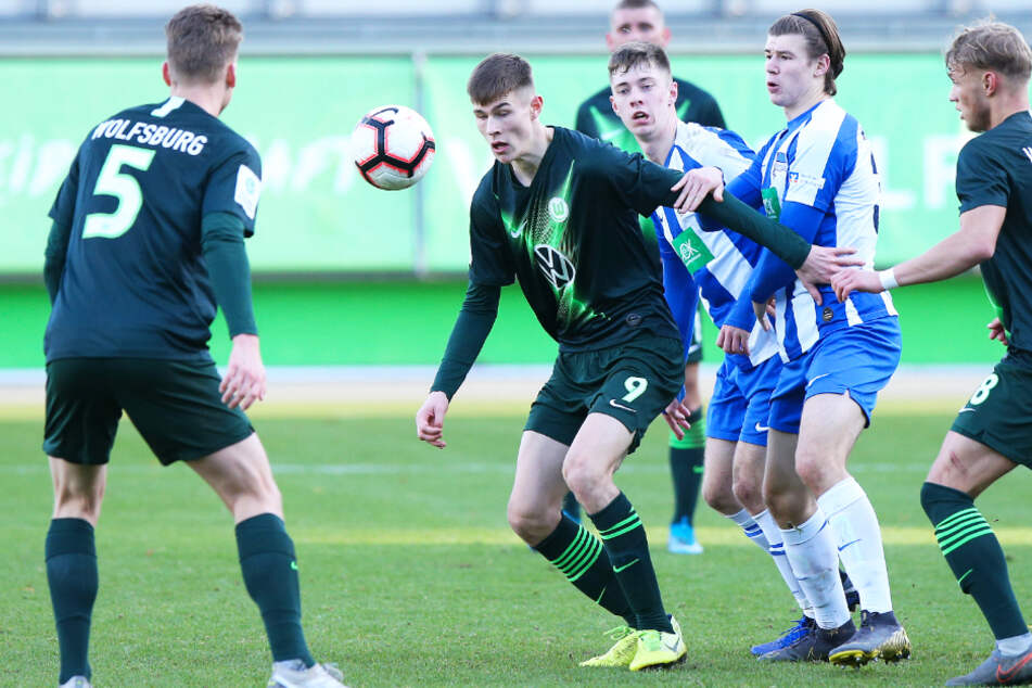 Lenn Jastremski (Zweiter von links), hier für den VfL Wolfsburg gegen Hertha BSC im Einsatz, schirmt den Ball vor dem Berliner Sonny Ziemer ab.