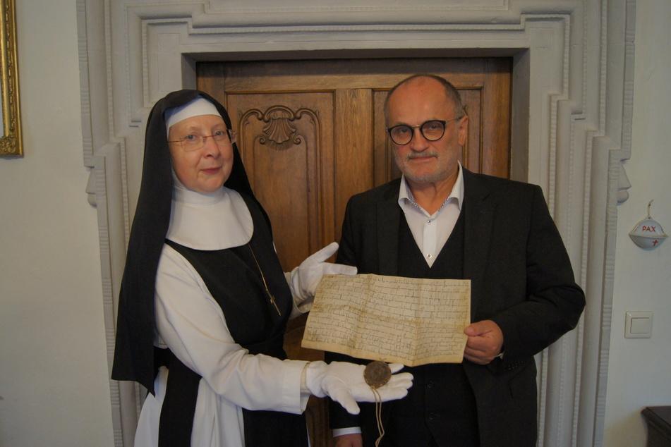 Die originale Urkunde mit der Ersterwähnung von Kamenz wird im Kloster St. Marienstern in Panschwitz-Kuckau aufbewahrt. Im Foto Äbtissin Maria Gabriela Hesse (59) und Oberbürgermeister Roland Dantz (61, parteilos).