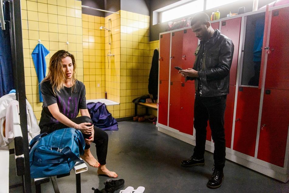 Moritz ist geschockt von Chiaras Knieverletzung. Sie weiß auch schon, wie der Sturz aus der Dusche passieren konnte.