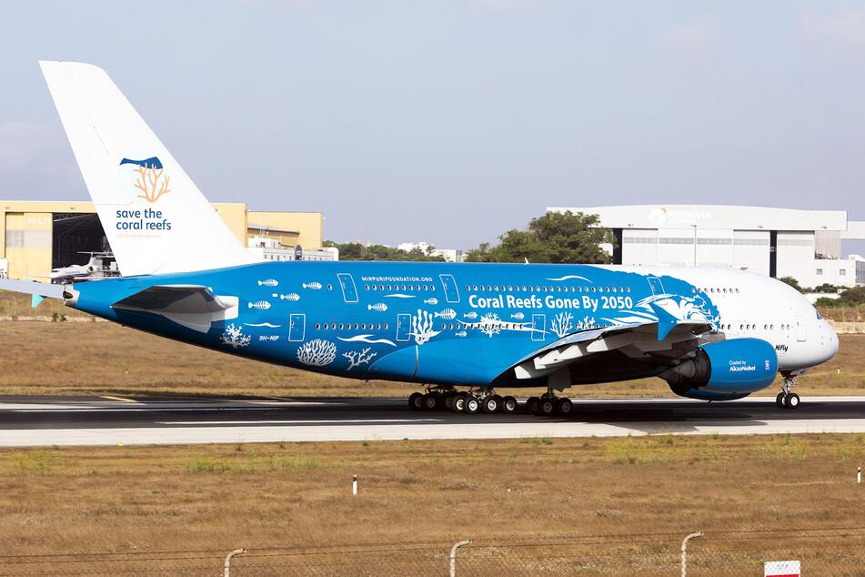 """Auf der anderen Seite des A380 steht """"Korallenriffe ausgestorben bis 2050""""."""