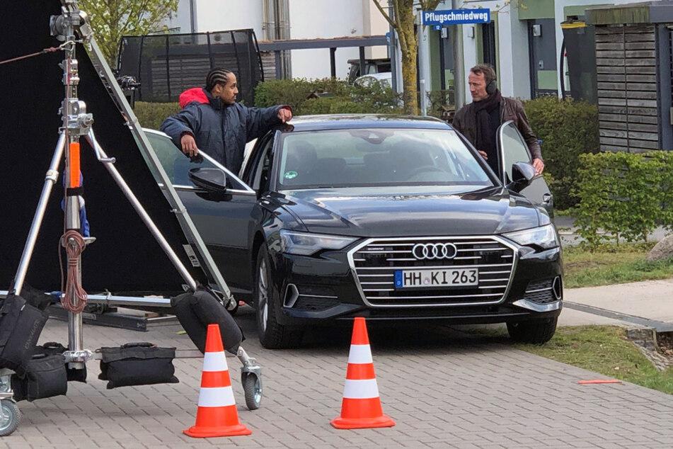 """In einer anderen Szene des """"Tatort"""" ermitteln Thorsten Falke (Wotan Wilke Möhring, 53 rechts) und der Hamburger LKA-Mitarbeiter Thomas Okonjo (Jonathan Kwesi Aikins, 32) in Langenhorn."""
