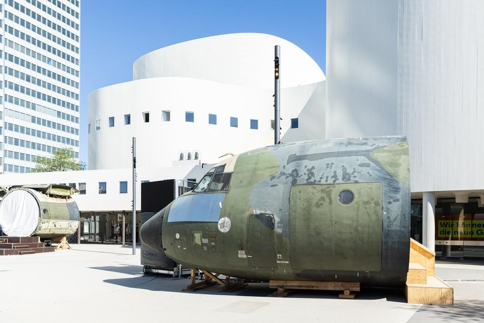 Teile eines ausrangierten und zerlegten Transportflugzeugs der Bundeswehr dienen vor dem Düsseldorfer Schauspielhaus als spektakuläre Kulisse.