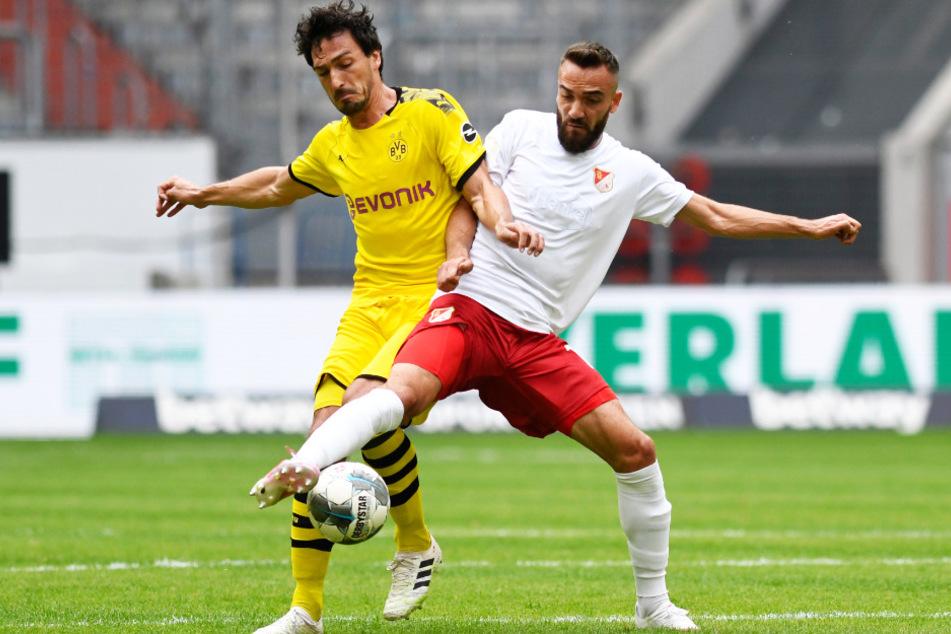 BVB-Abwehrchef Mats Hummels (l.) kehrte nach abgesessener Gelbsperre zurück. Hier versucht er, Kenan Karaman den Ball abzuluchsen.