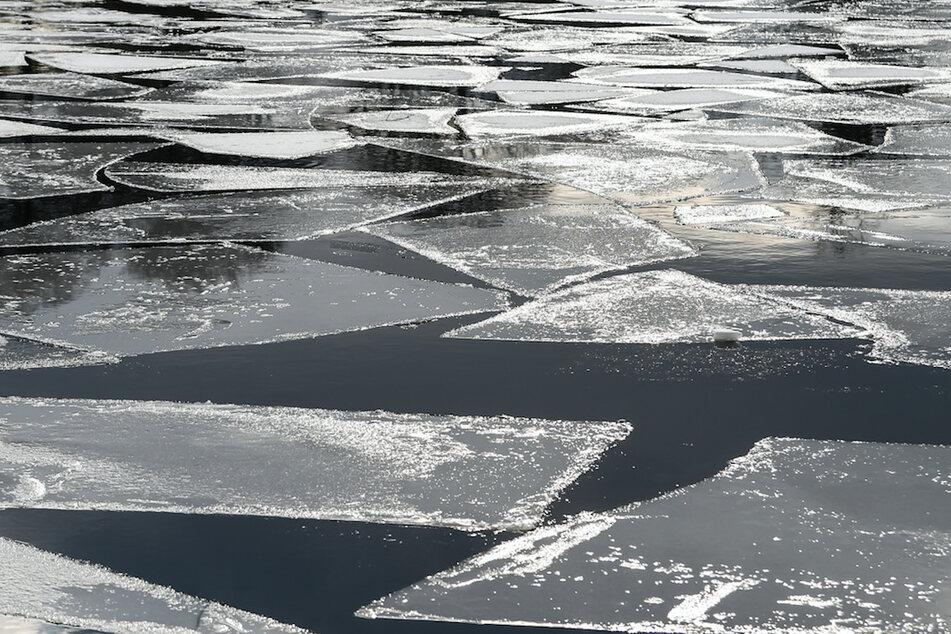 Die Retter brachen samt Schlauchboot im See ein. (Symbolbild)