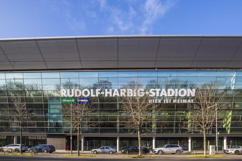 Im Rudolf-Harbig-Stadion läuft die Rasenheizung auf Hochbetrieb. (Archivbild)
