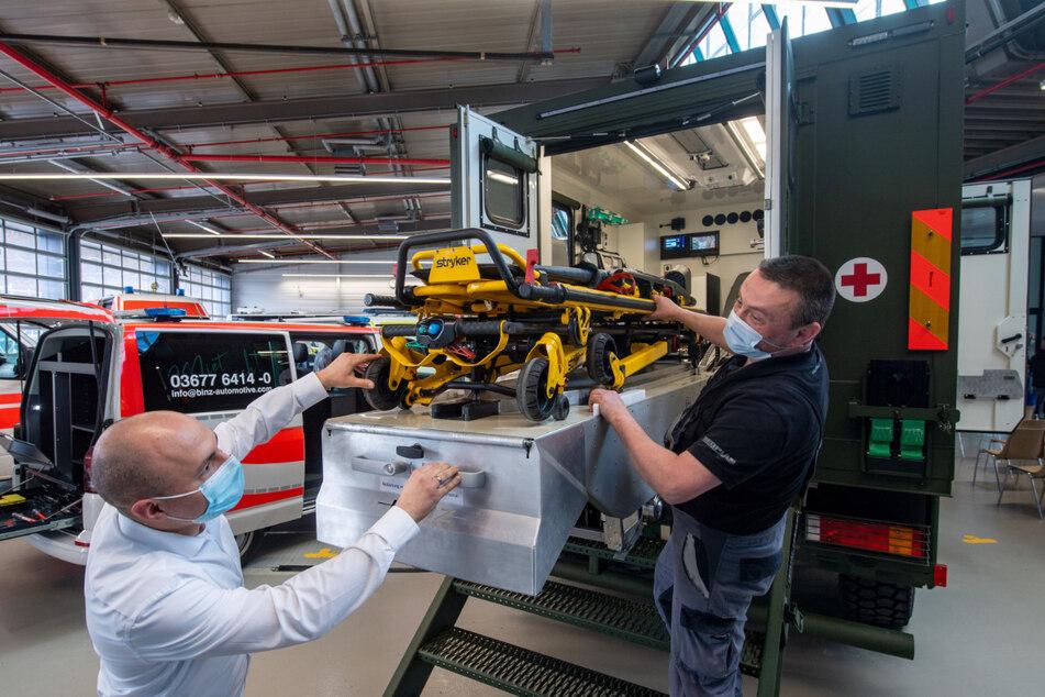 """Abteilungsleiter Markus Spät (l.) und """"Binz""""-Mitarbeiter Ralf Schaller unterhalten sich über die Ausstattung eines Verletztentransporters für das Militär."""