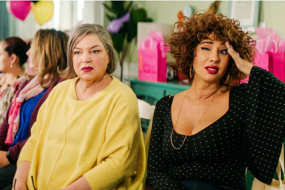 Pricilla Blum (l., Mindy Cohn) und Nessa Jennings (Jackie Cruz) helfen Lucy bei der sexuellen Aufklärung.
