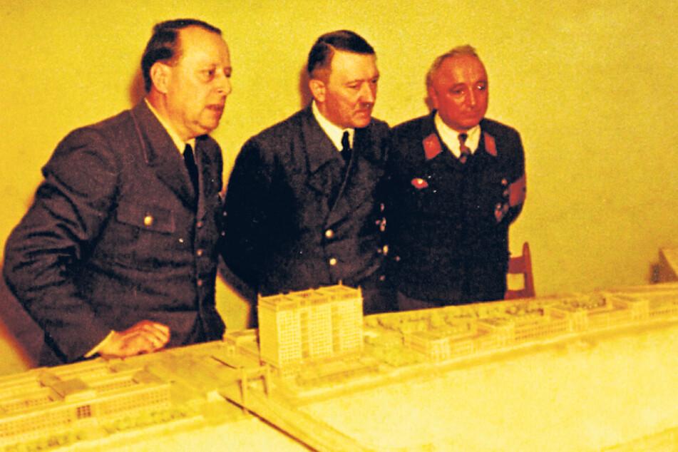 """Hier sollte auch sein Dresden-Cana- lotto rein: Bis zuletzt brütete Adolf Hitler (M.) über dem Modell für sein """"Führermuseum"""" in Linz."""