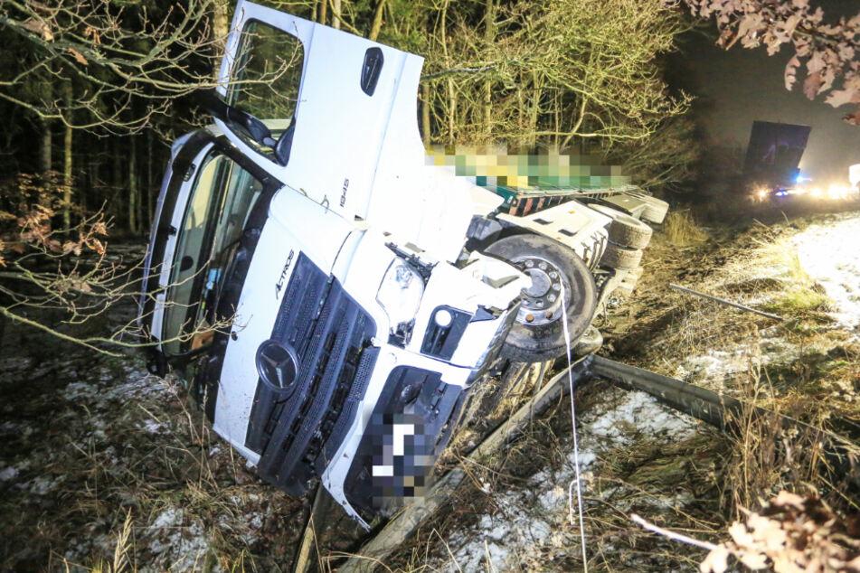 Der Lkw kam infolge des Unfalls von der Fahrbahn ab und kippte zur Seite um.