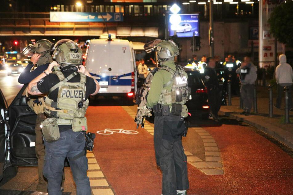 SEK-Einsatz! Macheten-Männer überfallen Einkaufscenter und flüchten