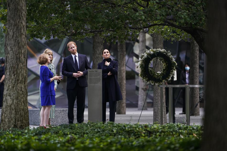 Prinz Harry (2.v.r) und Herzogin Meghan besuchen das National September 11 Memorial & Museum in New York.