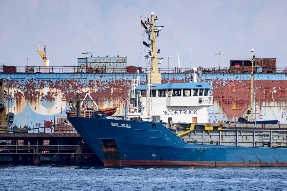 """Der Frachter """"Else"""" welcher mit dem Nordtor der Schleuse in Holtenau kollidiert ist, liegt in der Schiffsswerft Lindenau im Stadtteil Friedrichsort."""