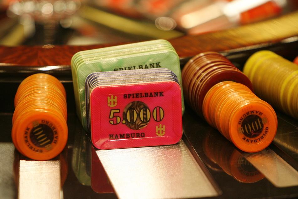 Jetons in einer Spielbank am Roulettetisch. Glücksspiele gelten als besonders gefährlich, wenn sie sowohl eine schnelle Spielabfolge anbieten als auch leicht zugänglich sind - wie Roulettetische in Spielhallen.
