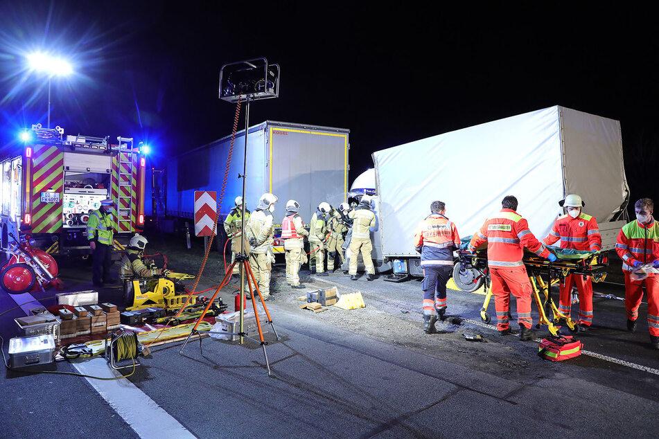 Zahlreiche Rettungskräfte waren damit beschäftigt, den Fahrer des Transporters aus seinem Fahrzeug zu schneiden.