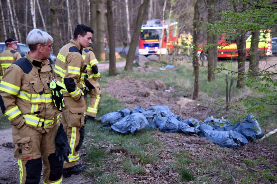 Pures Entsetzen ist den Grimmaer Feuerwehrleuten in die Gesichter geschrieben, als sie die Säcke mit den toten Lämmern betrachten.