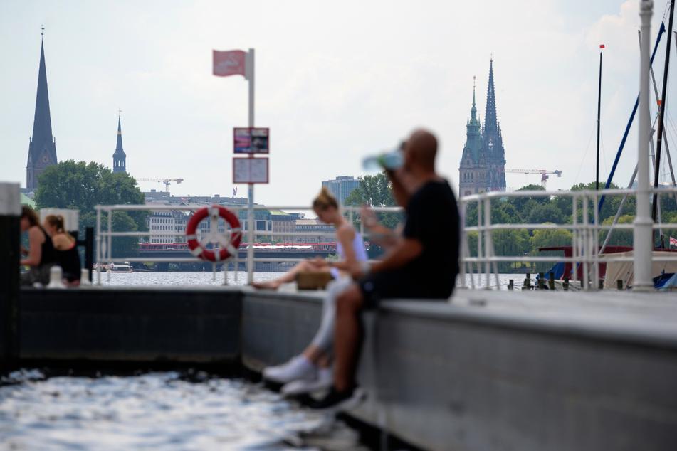 Auch beim aktuellen Wetter lässt sich der Sommer in Hamburg an der Außenalster genießen.