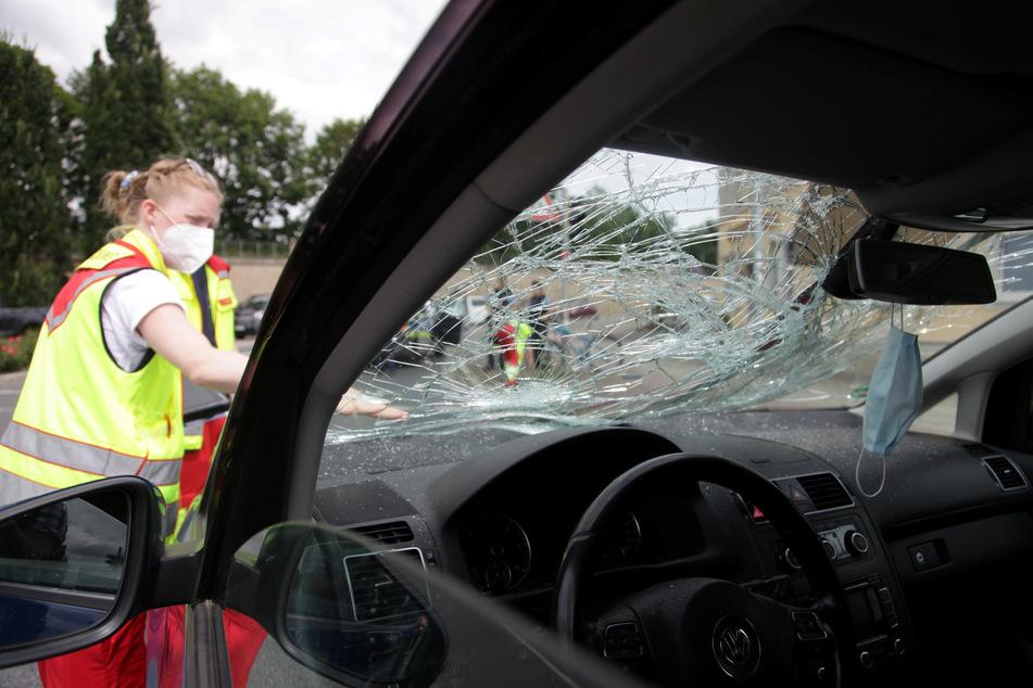 Der 36-jährige Radfahrer prallte gegen die Windschutzscheibe des VWs Turan.
