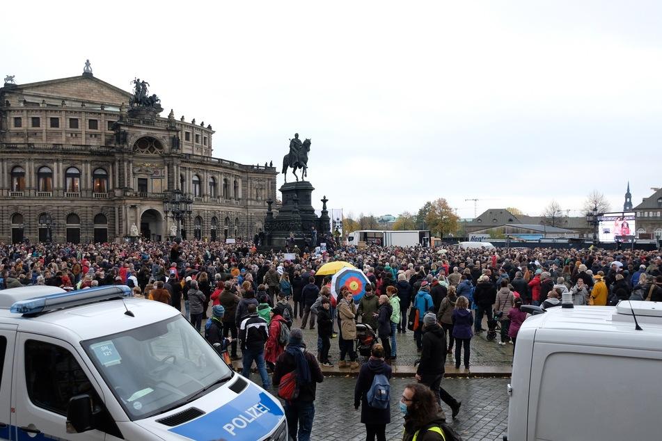 """Mehr als 1000 Menschen der Bewegung """"Querdenken 351"""" demonstrierten Ende Oktober auf dem Theaterplatz. Die Veranstalter sind mit einem Eilantrag vor Gericht für eine Demo am heutigen Samstag gescheitert."""