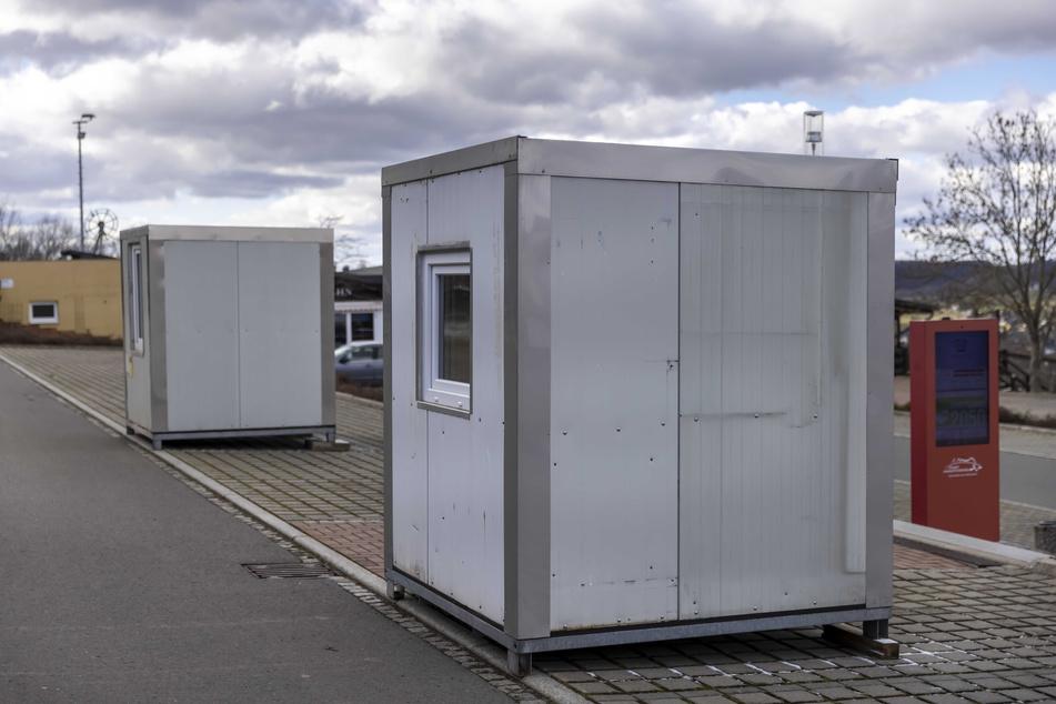 """Versuchsgebiet der Hoffnungsvollen: Diese zwei Test-Container auf dem Parkplatz """"Rost's Wiesen"""" kommen vom ADAC. Wenn das Konzept aufgeht, könnte der Automobilklub das System auch am Sachsenring nutzen."""