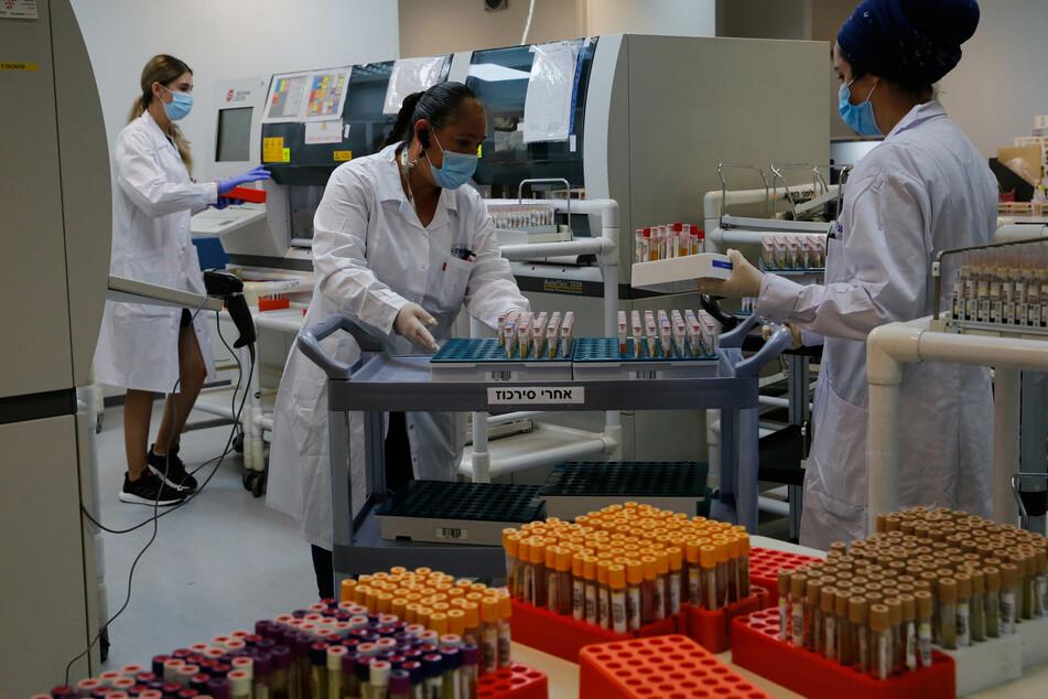 Medizinische Mitarbeiterinnen arbeiten in einem Labor des Leumit Health Care Services, in dem serologische Tests auf Coronaviren durchgeführt werden.