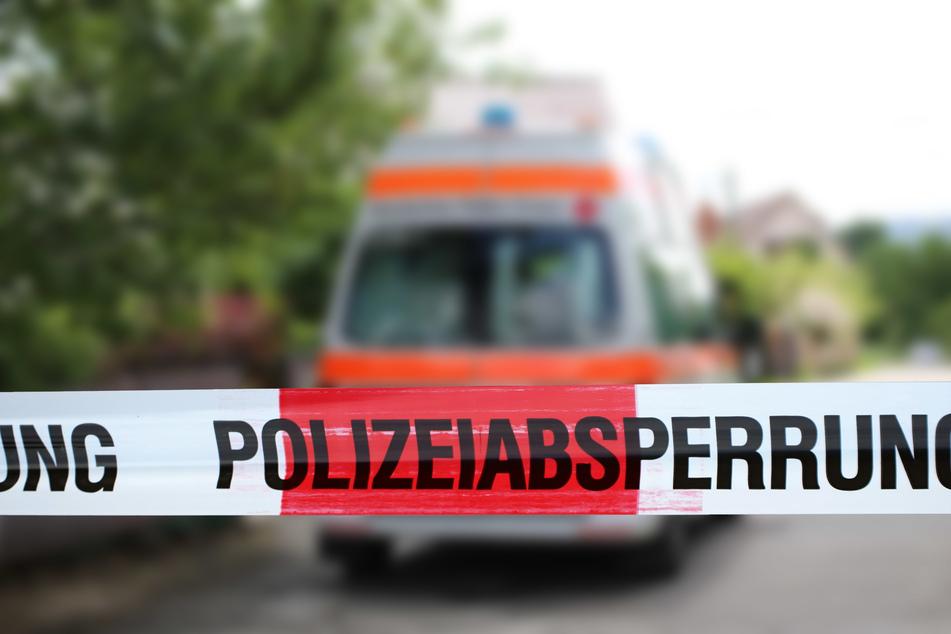 Der 25 Jahre alte Fahrer des Autos, welches sich überschlagen hatte, sei schwer verletzt in ein Krankenhaus gebracht worden (Symbolbild).