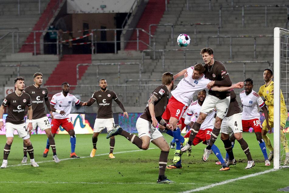 Der FC St. Pauli und der Hamburger SV lieferten sich viele Strafraumszenen auf beiden Seiten.