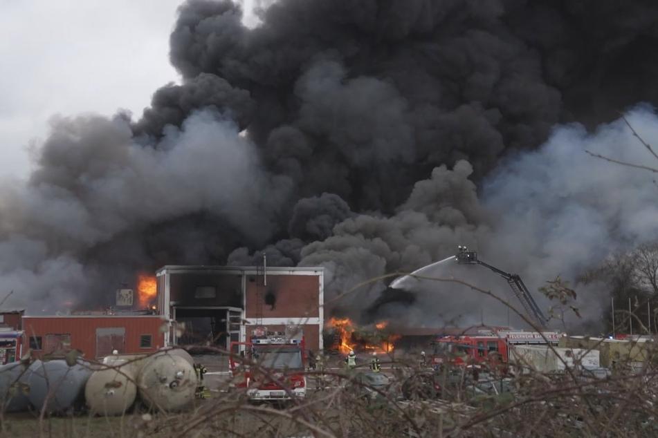 Einsatzkräfte der Feuerwehr kämpfen gegen den Großbrand in Syke.