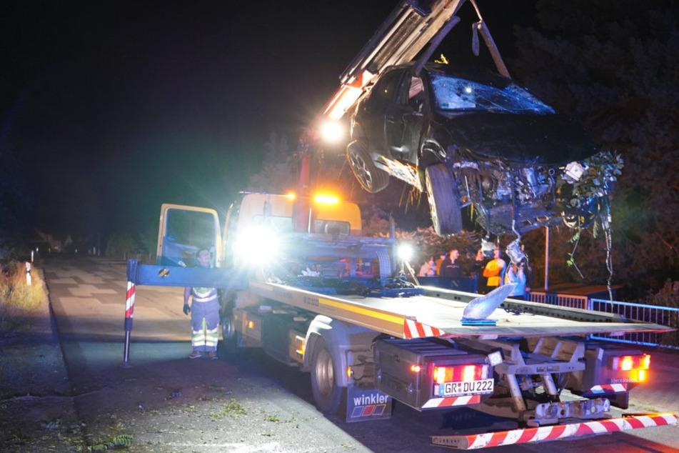 Das Auto erlitt Totalschaden und musste abgeschleppt werden.